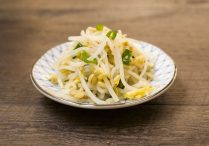 Seasoned Mung Bean Sprouts (Sukju Namul Muchim)