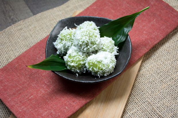 Pandan Glutinous Rice Balls with Palm Sugar (Onde-Onde)