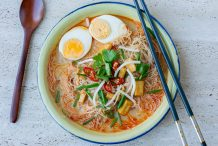 Rice Vermicelli in Spicy and Sour Gravy (Wet Mee Siam)