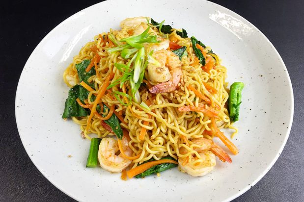 Singapore Fried Noodle with Prawns (Mee Goreng Udang)
